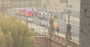 Автомобіль врізався у ворота офісу Ангели Меркель: відео, фото