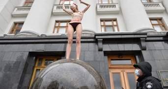 """Майже """"Дівчина на кулі"""" Пікассо: активістка Femen оголилася перед Офісом Президента – фото"""