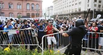 Во время прощания с Марадоной в Буэнос-Айресе произошли столкновения: церемонию прервали
