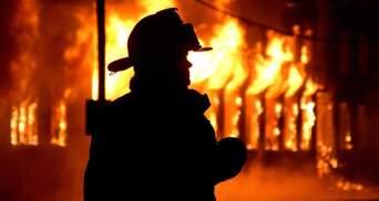 В Киеве масштабно горела частная усадьба, огонь мог перекинуться на соседние здания: фото