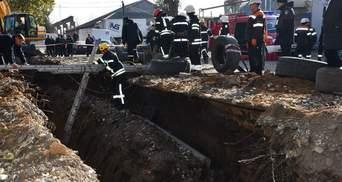 Привалило землей в траншее: в Николаеве вытащили из-под завала двух мужчин – фото, видео