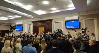 Страсти в Киевском облсовете: новоизбранные депутаты потолкались из-за COVID-19 – видео