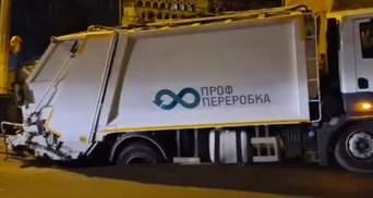 У центрі Києва під сміттєвозом провалився новий асфальт – відео