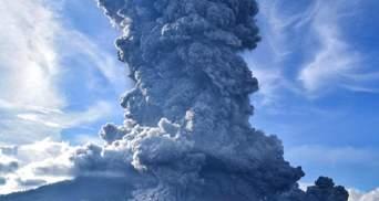 В Индонезии проснулся вулкан Левотоло: впечатляющие фото и видео