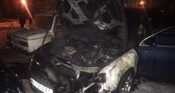 На львовской парковке полностью сгорела машина: фото