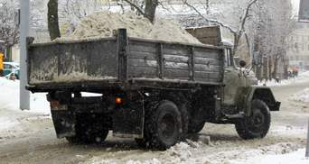 На Львовщине снегоуборочная машина переехала мужчину, который лежал на дороге: фото