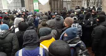 ФЛП перекрыли входы и выходы из Рады: возникли столкновения – видео