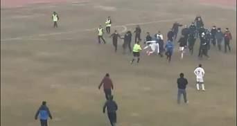 Ногами в прыжке в грудь арбитру: футбольный матч в Узбекистане закончился побоищем – видео