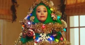 Як завжди епатажна: Кеті Перрі вбралася ялинкою для новорічного відео