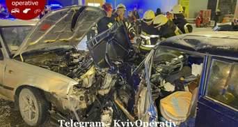 В Киеве произошло ДТП с участием 4 автомобилей: одина из них такси