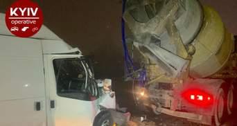 На Кільцевій дорозі Києва мікроавтобус влетів у бетонозмішувач: фото