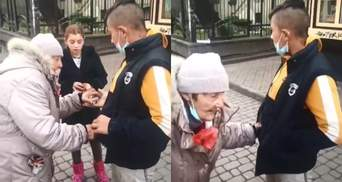 В Ивано-Франковске подростки ограбили старушку, которая шла в больницу: видео