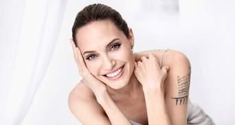 У білій сукні з ніжним макіяжем: Анджеліна Джолі приголомшила розкішним виглядом – відео