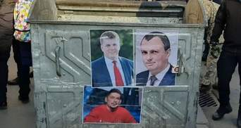Перед Харьковским горсоветом установили мусорный бак со снимками 3 депутатов: фото