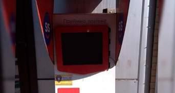 Во Львове мужчина пытался разбить платежный терминал: видео