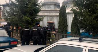 ПЦУ и УПЦ МП не поделили церковь на Буковине: возникли столкновения, храм окружила полиция