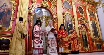 У Києві реставрували Андріївську церкву й провели перше богослужіння: фото