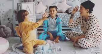 В роскошном платье: Анастасия Приходько очаровала рождественской фотосессией с детьми