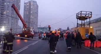 Чуть ли не на машины: на Шулявском мосту упали опоры освещения, движение заблокировано – видео