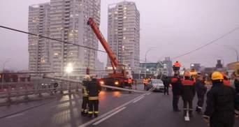 На Шулявском мосту упали электростолбы: открыли уголовное дело