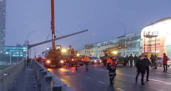 Момент падения опор освещения на Шулявском путепроводе сняли камеры: видео