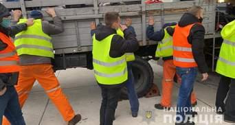 В Херсоне грузчики аэропорта обворовывали пассажиров: забирали ценные вещи и лакомства