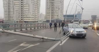 На Шулявському шляхопроводі могли впасти ще 6 погано встановлених опор освітлення