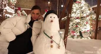 Как в детстве: Ирина Шейк слепила забавного снеговика в заснеженном Нью-Йорке