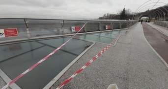 """На """"мості Кличка"""" знову тріснуло скло: підозрюють вандалізм – фото"""