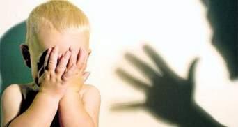 В Росії п'яна мати жорстоко побила сина, бо її викликали до школи: відео 18+