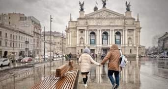 Во Львове на площади перед Оперным театром установили 10-метровую скамейку – фото