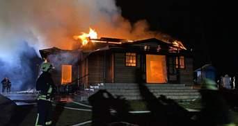 На Львівщині у масштабній пожежі згоріла дерев'яна церква: є постраждалий – фото