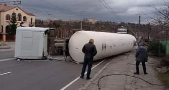 У Житомирі перекинулася автоцистерна з газом: з'явилось відео моменту