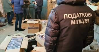 """Тисячі пачок цигарок та сотні літрів """"горілки"""": у Харкові накрили підпільне виробництво"""