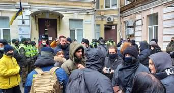 Під будівлею ВАКС влаштували мітинг: люди вимагають посадити Татарова