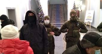 У Києві штурмували будівлю Мінрегіону: побили поліцейського – відео
