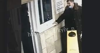У Києві чоловік вдарив головою жінку-співробітницю метро: відео