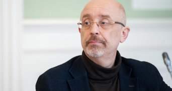 Принудительно получили паспорта России примерно 300 тысяч украинцев, – Резников