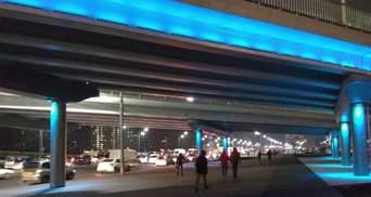 Путепроводы на Богатырской в Киеве засветились разными цветами: установили LED-светильники