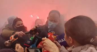 Татаров покинув ВАКС під обурені вигуки демонстрантів: фото, відео