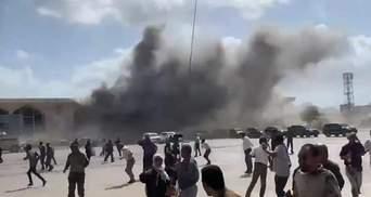 В аеропорту Ємену стався вибух, коли прибув літак з урядовцями: є жертви – відео