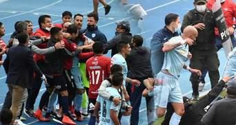Футболисты устроили массовую драку во время матча: дрались, дразнились и бросались мячами –видео