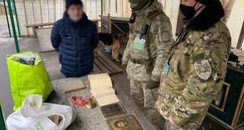 """На КПВВ """"Станиця Луганська"""" чоловік незаконно перевозив предмети старовини"""