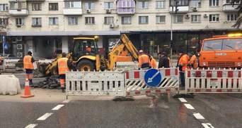 В центре Киева посреди дороги провалился асфальт – фото