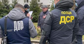 Во Львове полиция задержала налоговика на взятке: фото