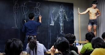 Преподаватель из Таиланда покорил студентов на уроках анатомического рисования: вирусные фото