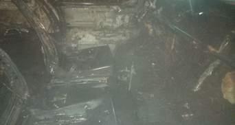 В Новояворовске посреди улицы дотла сгорел микроавтобус: фото