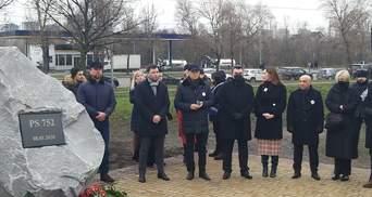 Серый камень и красные розы: в Киеве почтили погибших в авиакатастрофе МАУ – фото, видео