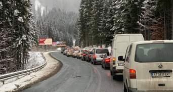 В первый день локдауна – километровые очереди из машин на Буковель: фото