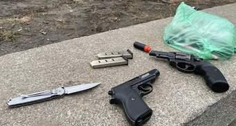 Чоловік під школою погрожував перехожим зброєю: поліція його затримала